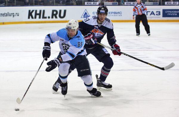 Форвард ХК Сибирь Артём Ворошило (слева) и защитник ХК Металлург Алексей Береглазов