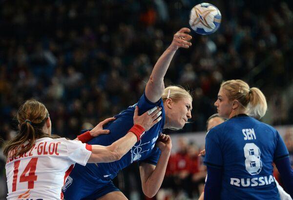 Игровой момент матча гандбольного отборочного турнира к Олимпийским играм-2016 между сборными России и Польши
