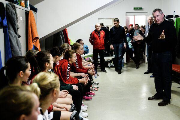 Дмитрий Рогозин (справа) поздравляет игроков женской сборной России по гандболу
