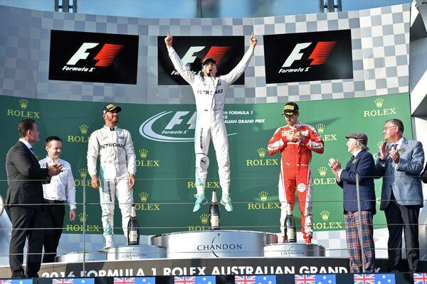 Льюис Хэмилтон, Нико Росберг и Себастьян Феттель (слева направо) на подиуме Гран-при Австралии