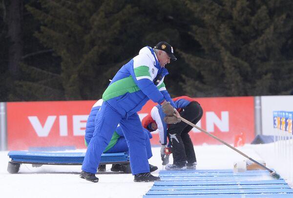 Подготовка огневого рубежа к масс-стартам на этапе Кубка мира по биатлону в Ханты-Мансийске