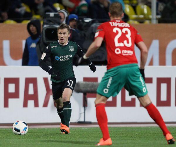 Защитник Краснодара Виталий Калешин (слева) и полузащитник Локомотива Дмитрий Тарасов