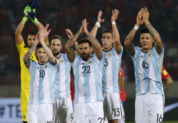 Футболисты сборной Аргентины радуются победе