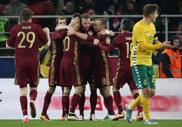 Игроки сборной России по футболу радуются забитому голу