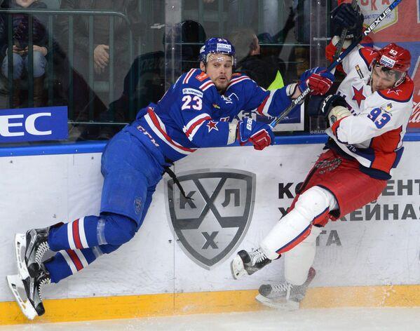 Защитник ЦСКА Артём Сергеев (справа) и форвард СКА Алексей Поникаровский