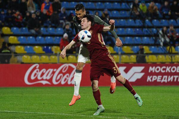Защитник молодежной сборной России Вячеслав Караваев (справа)