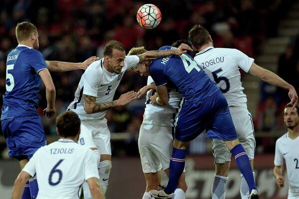 Игровой момент товарищеского матча между сборными Греции и Исландии