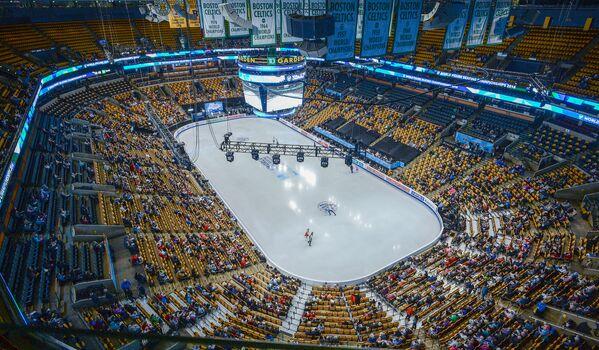 Фигуристы во время раскатки на спортивной арене TD Garden в Бостоне