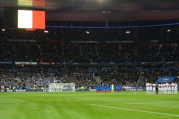 Игроки сборных России и Франции во время минуты молчания