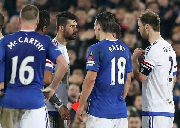Нападающий Челси Диего Коста и полузащитник Эвертона Гарет Барри (слева направо в центре)