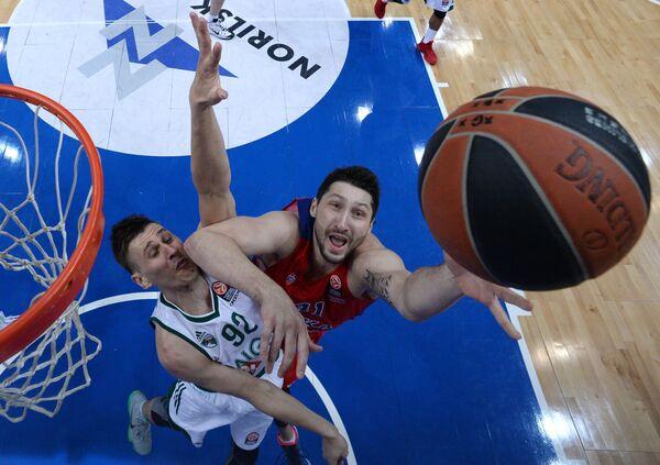 Форварды БК Жальгирис Эдгарас Улановас (слева) и ПБК ЦСКА Никита Курбанов