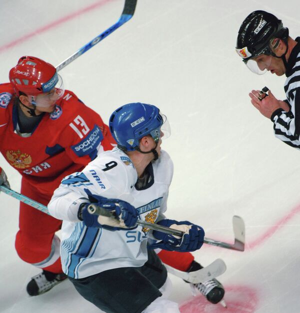 Иван Непряев (слева) и Микку Койву в матче сборных России и Финляндии на ЧМ-2007