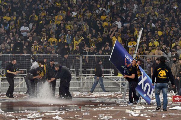 Беспорядки по время матча греческой футбольной суперлиги между АЕКом и Атромитосом
