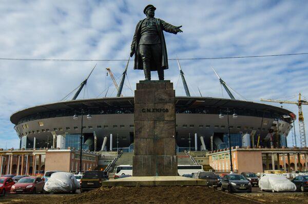 Памятник С.М. Кирову на фоне строящейся Зенит-Арены