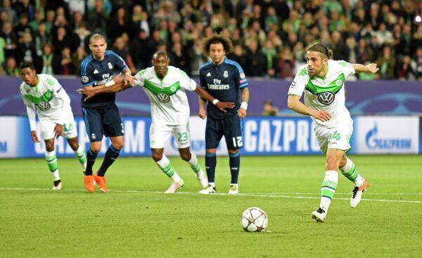 Защитник Вольфсбурга Рикардо Родригес (крайний справа) исполняет одиннадцатиметровый удар в матче против Реала