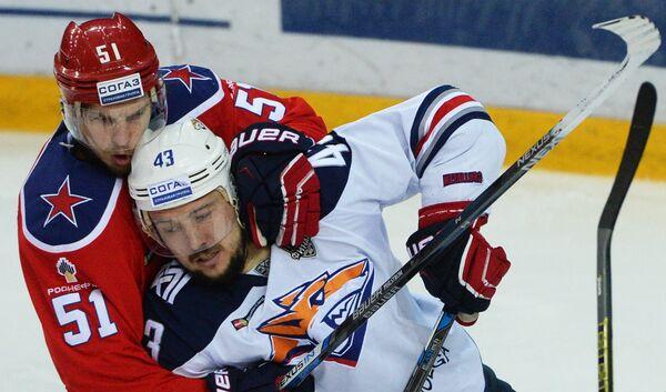 Форварды ЦСКА Антти Пильстрём (слева) и Металлурга Ян Коварж