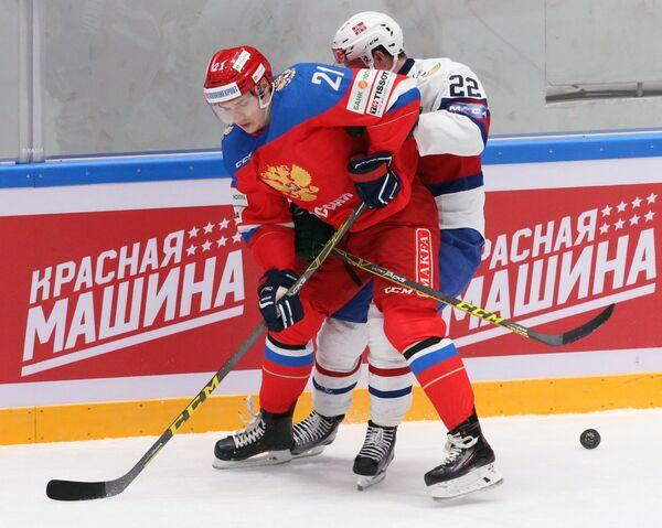 Защитник сборной России Виталий Меньшиков (слева) и форвард сборной Норвегии Мартин Роймарк