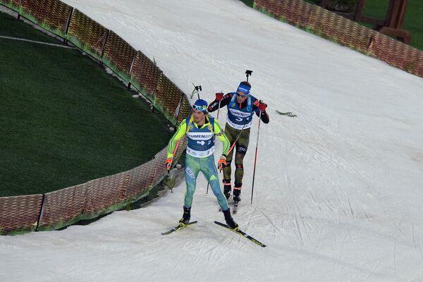 Слева направо: биатлонисты Фредрик Линдстрем (Швеция) и Симон Шемпп (Германия)