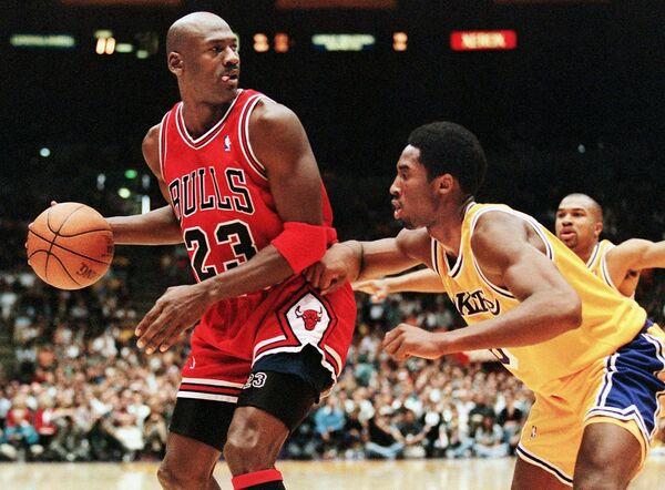 Защитник Чикаго Буллз Майкл Джордан (слева) и защитник Лос-Анджелес Лейкерс Кобе Брайант