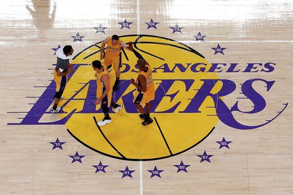 Баскетболисты Лос-Анджелес Лейкерс во время последнего матча в карьере Кобе Брайанта