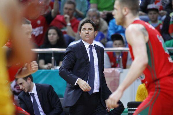 Главный тренер Барселоны Хавьер Паскуаль (в центре)