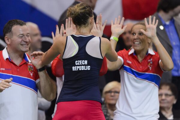 Теннисистка сборной Чехии Каролина Плишкова (в центре) с командой празднует победу