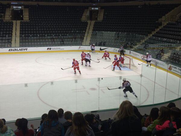 Игровой момент матча юниорского чемпионата мира между сборными Латвии и России