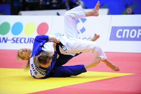 Российская дзюдоистка Наталья Кондратьева (в синей форме)