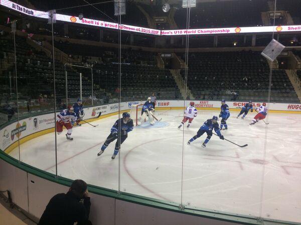 Игровой момент матча юниорского чемпионата мира по хоккею между сборными Финляндии и России