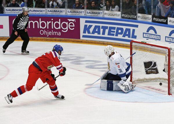 Форвард сборной Чехии Лукаш Кашпар и голкипер сборной Финляндии Микко Коскинен (слева направо) во время матча Еврохоккейтура
