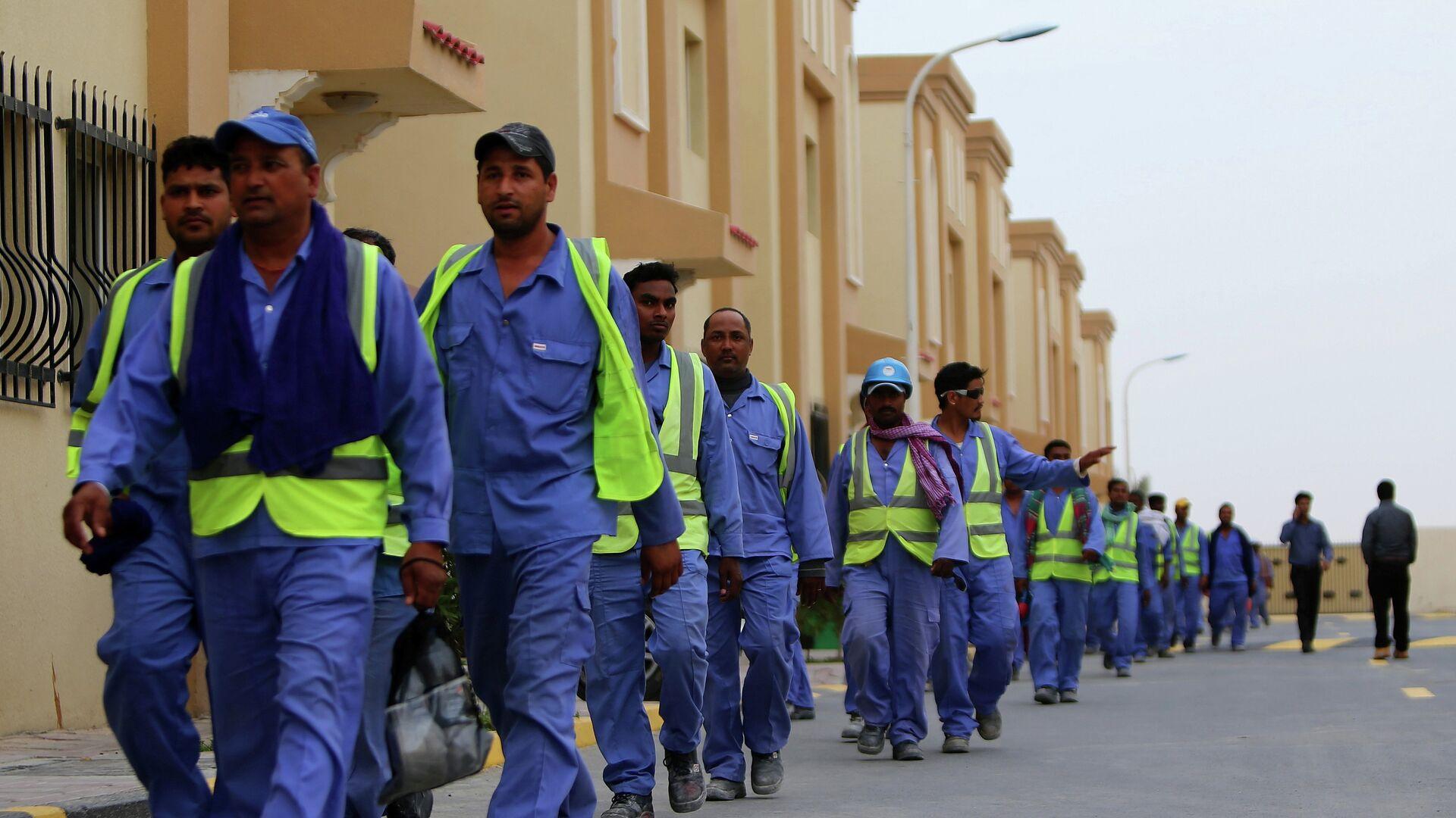 Рабочие в Катаре во время строительства стадиона к чемпионата мира по футболу 2022 года - РИА Новости, 1920, 22.04.2021