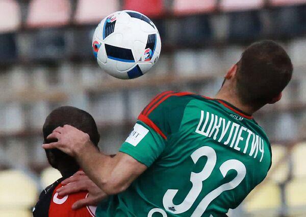 Нападающий Локомотива Петар Шкулетич (справа)