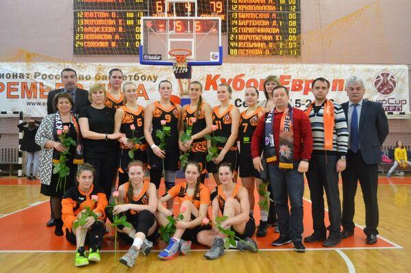 Баскетболистки и персонал ЖБК Энергия