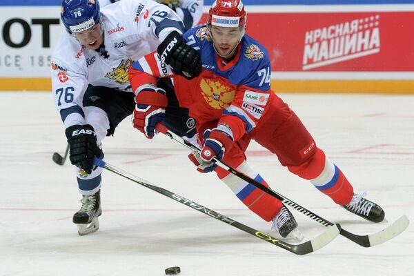 Форвард сборной Финляндии Ере Саллинен (слева) и защитник сборной России Алексей Емелин