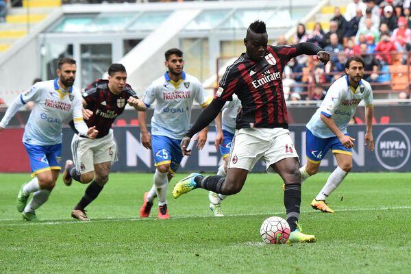 Игровой момент матча Милан - Фрозиноне