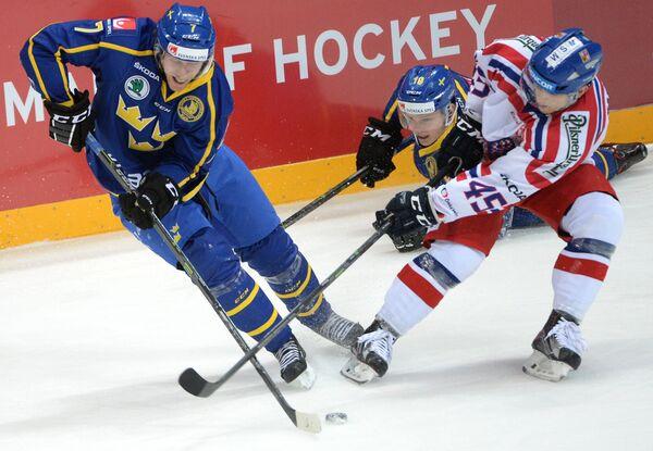 Нападающий сборной Швеции по хоккею Йон Норман (слева)