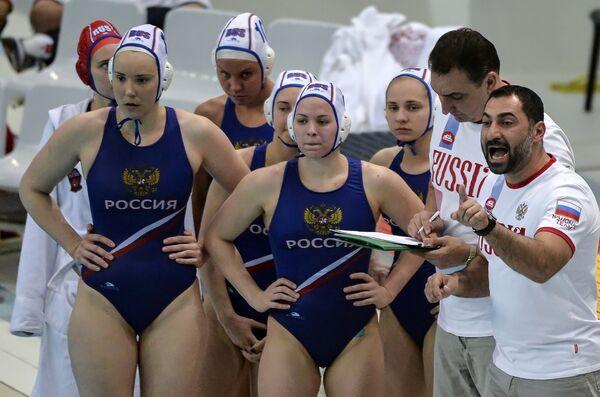 Главный тренер женской сборной России по водному поло Александр Гайдуков (справа) и игроки команды