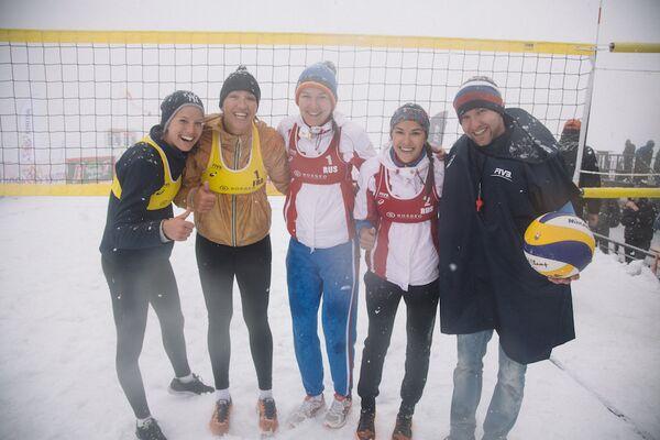 Участники волейбольного матча на снегу