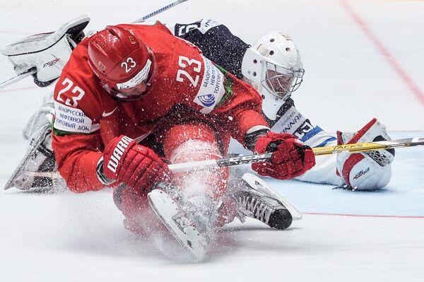 Нападающий сборной Белоруссии Андрей Стась и вратарь сборной Финляндии Микко Коскинен (справа)