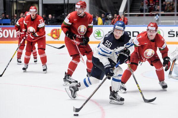 Форвард сборной Финляндии Теэму Пулккинен (второй справа)