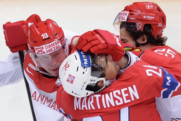 Форварды сборной Дании Мортен Грин, сборной Норвегии Андреас Мартинсен и защитник сборной Дании Оливер Лауридсен (слева направо)