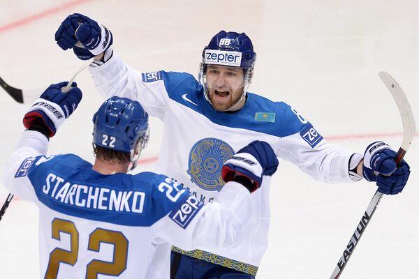 Хоккеисты сборной Казахстана Евгений Рымарев (справа) и Роман Старченко радуются заброшенной шайбе