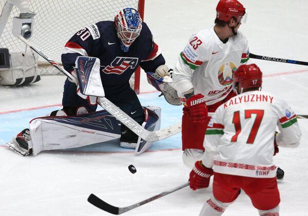 Вратарь сборной США Майк Кондон, игроки сборной Белоруссии Андрей Стась и Алексей Калюжный (слева направо)