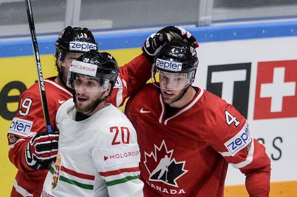 Форварды сборной Канады Тейлор Холл, сборной Венгрии Иштван Шофрон и сборной Канады Дерек Брассар (справа налево)