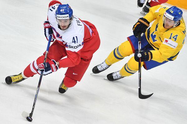 Форвард сборной Чехии Томаш Филиппи (слева) и нападающий сборной Швеции Густав Нюквист