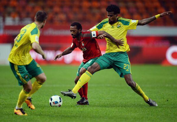 Полузащитник Локомотива Мануэл Фернандеш (в центре) и защитник Кубани Фелипе Сантана (справа)