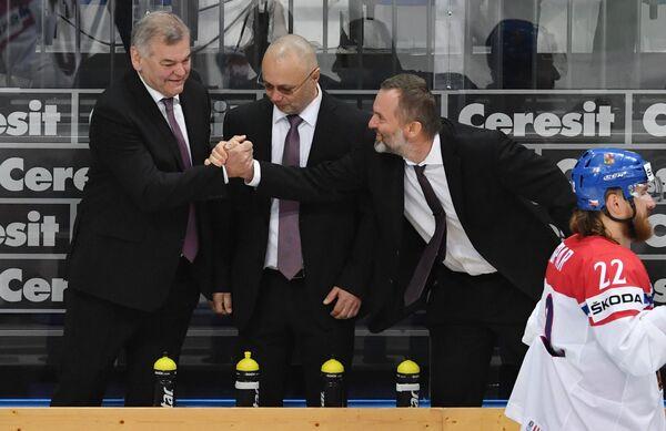 Главный тренер сборной Чехии Владимир Вуйтек (слева)
