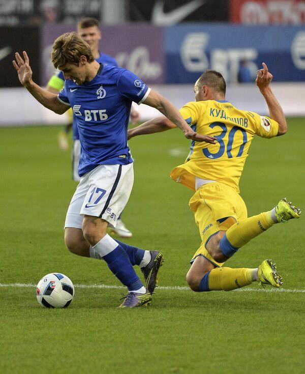 Защитник Динамо Дмитрий Живоглядов (слева) и защитник Ростова Фёдор Кудряшов