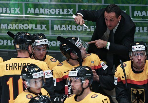 Главный тренер сборной Германии Марко Штурм (второй справа)