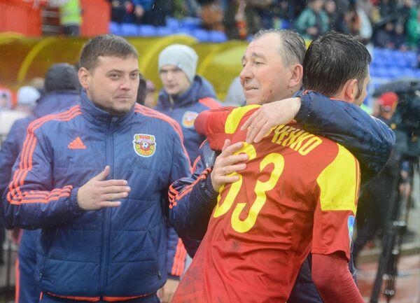 Главный тренер Арсенала Сергей Павлов (в центре)